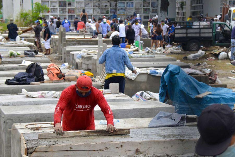 Des ouvriers construisent des caveaux, àGuayaquil, où les cadavres s'accumulent, le 8 avril