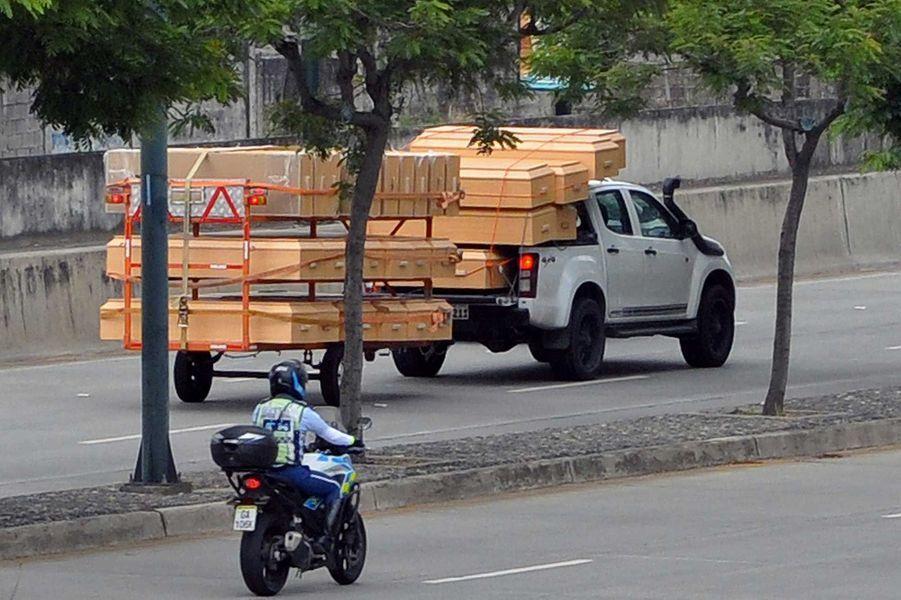 Un transport decercueilàGuayaquil, le 13 avril