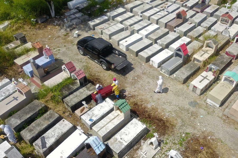 Des ouvriers construisent des caveaux, àGuayaquil, où les cadavres s'accumulent, le 12 avril