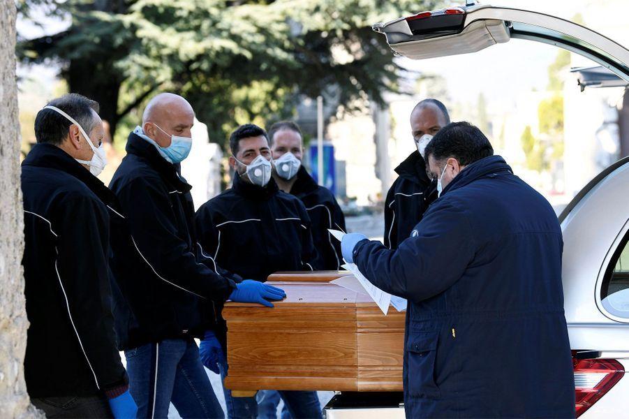 Les cercueils et corps sont de plus en plus nombreux chaque jour à Bergame, qui ne parvient plus à gérer la situation seule.