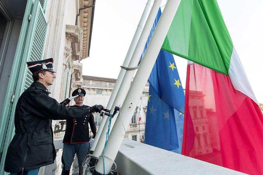 L'Italie rend hommage aux morts du coronavirus.