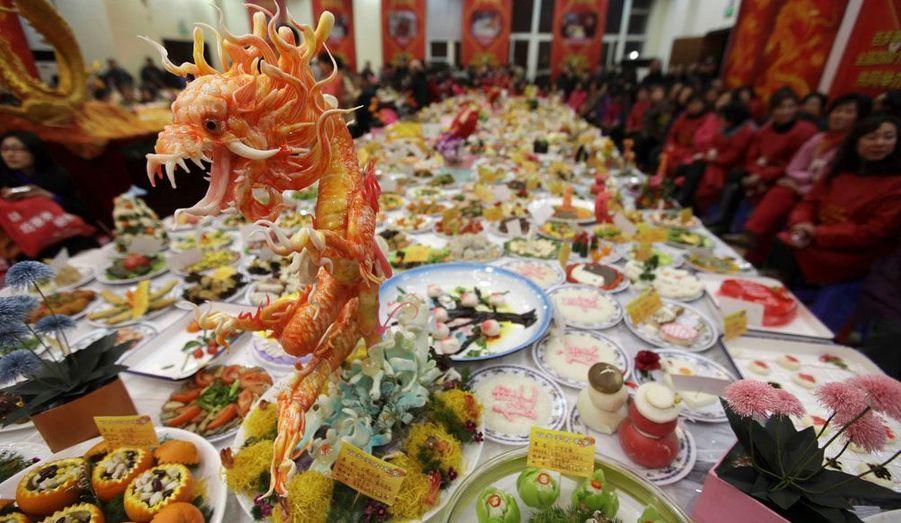 Selon la tradition, le repas de Nouvel an a souvent lieu au domicile des aînés de la famille et ne peut commencer que lorsque toute la famille est présente.