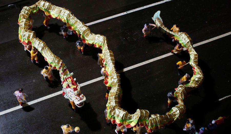 Parade de la dance du Dragon à San Francisco le 19 janvier 2011. En Asie, le dragon est pris au sérieux notamment par les marchés boursiers. Le crédit Lyonnais a par exemple mis à la disposition de ses clients un indexe «feng shui» qui compile les prédictions des meilleurs astrologues. La banque assure même que c'est le plus fiable des outils économiques.