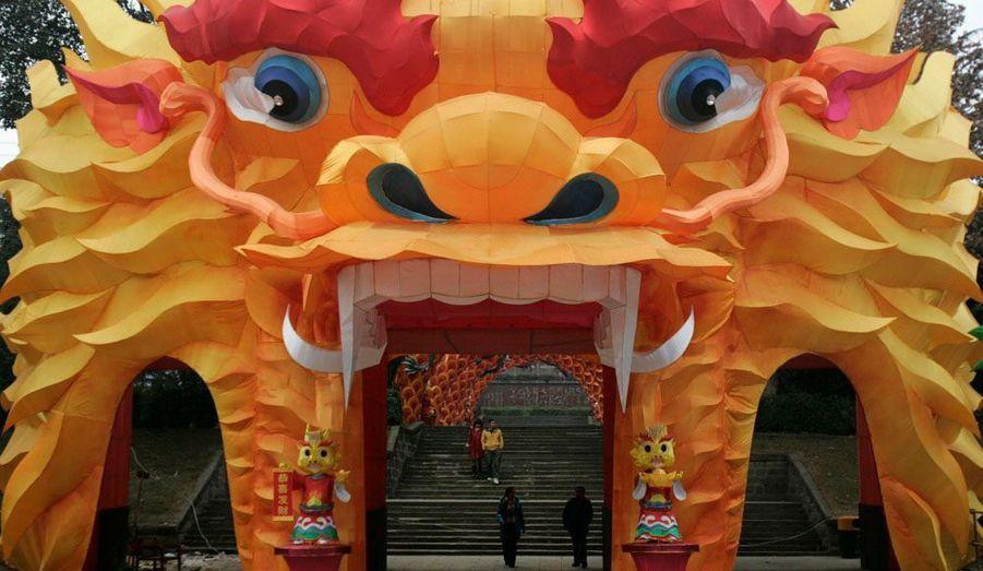 Une arche en forme de tête de dragon en plein cœur du parc de Chengdu dans la province de Sichuan. Chaque année chinoise est associée à un des 12 signes du zodiaque chinois : rat, bœuf, tigre, lapin dragon, serpent, cheval, chèvre, singe, coq, chien, cochon. Ces signes sont associés à des éléments : métal, eau, bois, feu, ou terre. Cette année est celle du dragon d'eau qui commence le 23 janvier 2012 et se terminera le 9 février 2013.
