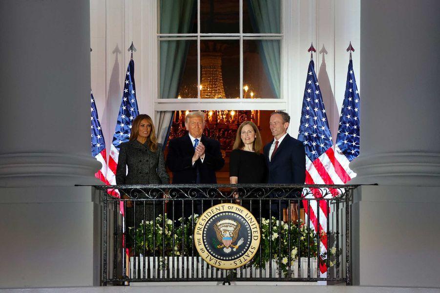Amy Coney Barrett a prêté serment à la Maison-Blanche, sous le regard de Donald Trump, le 26 octobre 2020.