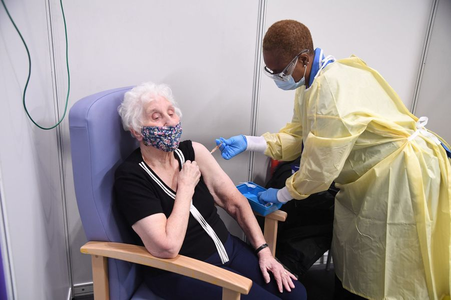 Sept centres de vaccination massive ont ouvert lundi au Royaume-Uni, afin d'accélérer cette dernière pour lutter contre la flambée de cas de Covid-19.