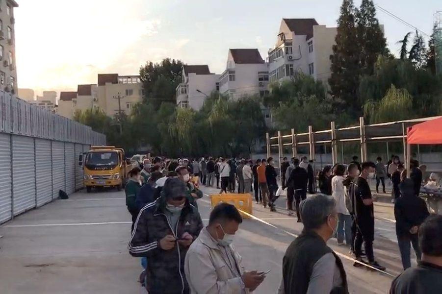 Après la découverte de trois cas positifs le week-end dernier, les autorités chinoises organisent un dépistage express et en partie par des tests salivaires de 9 millions d'habitants de la métropole de Quingado.