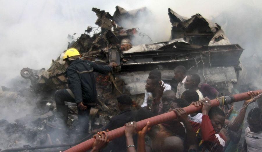 Un immeuble de deux étages du quartier pauvre et densément peuplé d'Ishiga à Agege, un faubourg de Lagos, la capitale économique du Nigeria, a été touché de plein fouet par le Boeing MD83 de la compagnie Dana Air dimanche soir. Les causes de ce drame n'ont pas encore été établies mais les pilotes auraient signalé un problème de moteur. S'il n'y a aucun survivant parmi les 153 personnes à bord de l'avion, les autorités du pays n'ont pas encore pu établir le bilan des morts et des blessés au sol. Elles recherchent à présent les boîtes noires de l'appareil. Après la catastrophe, des milliers d'habitants se sont rendus sur les lieux, rendant plus difficile encore le travail des secouristes.