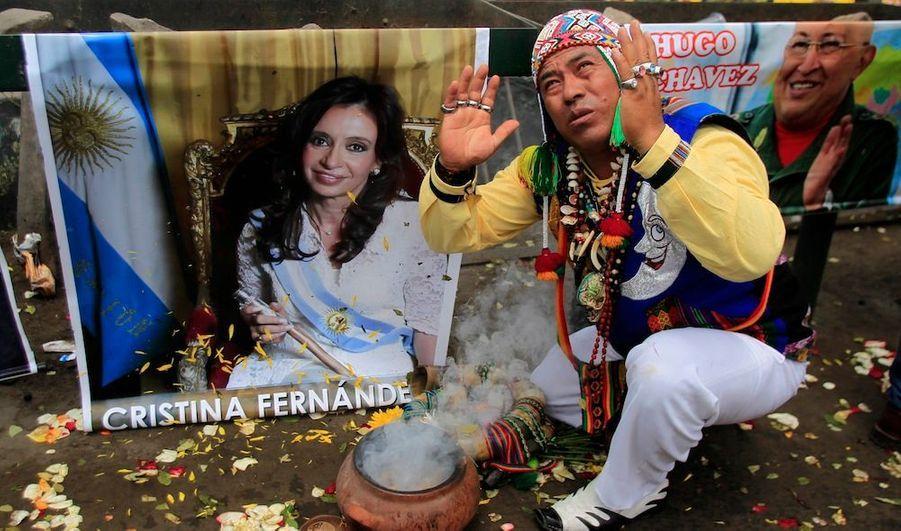 Un chaman effectuant un rituel pour souhaiter bonne santé à Cristina Kirchner et Hugo Chavez.