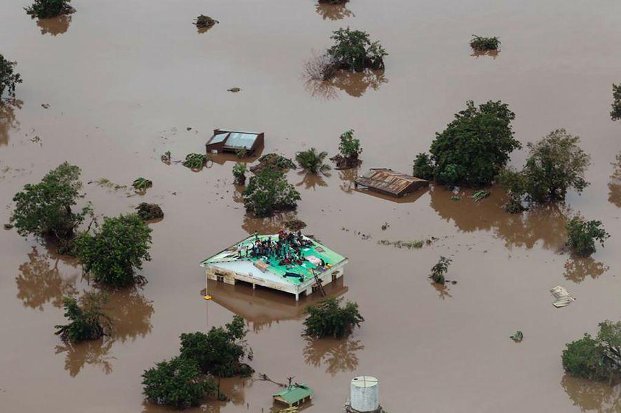Des rescapés ont trouvé refuge dans des arbres, d'autres sur les toits en attendant les secours. Mais le cyclone Idai afait au moins 173 mortsau Mozambique et au Zimbabwe.