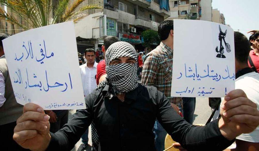 """Des Libanais sont descendus dans la rue pour protester contre la répression perpétrée par le régime de Damas depuis plus d'un an. L'une de ces pancartes dit: """"Pars Bachar al-Assad"""""""