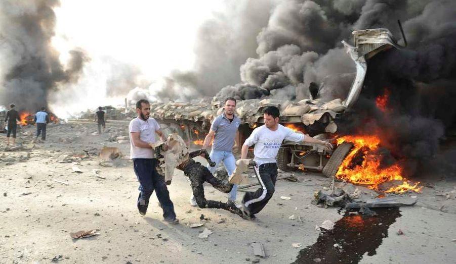 """Un double attentat suicide a fait au moins 55 morts et près de 400 blessés jeudi à Damas. Comme d'habitude, le régime a accusé des """"groupes terroristes"""", et l'opposition a accusé le régime. La Russie a condamné ces actes mortels, tout en accusant des pays étrangers d'attiser la violence en Syrie. Ce vendredi, les troupes gouvernementales ont par ailleurs ouvert le feu sur des manifestants pour les disperser dans la capitale, en blessant au moins cinq d'entre eux. Le chef du Conseil national syrien (CNS), Burhan Ghalioun estime que le clan Assad tente de """"tuer"""" le plan de paix de Kofi Annan qui tente de trouver une issue au soulèvement qui perdure depuis 14 mois, et est réprimé dans le sang. L'Union européenne devrait prendre de nouvelles sanctions contre le pays, lundi."""