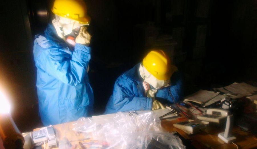 Les ouvriers de la Tokyo Electric Power (Tepco) ont engagé une véritable course contre la montre. Trois opérateurs ont été gravement irradiés, hier. Diaporama réalisé par Yannick Vely.