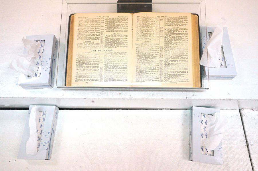 A l'intérieur de l'église de Sutherland Springs, une semaine après le massacre.