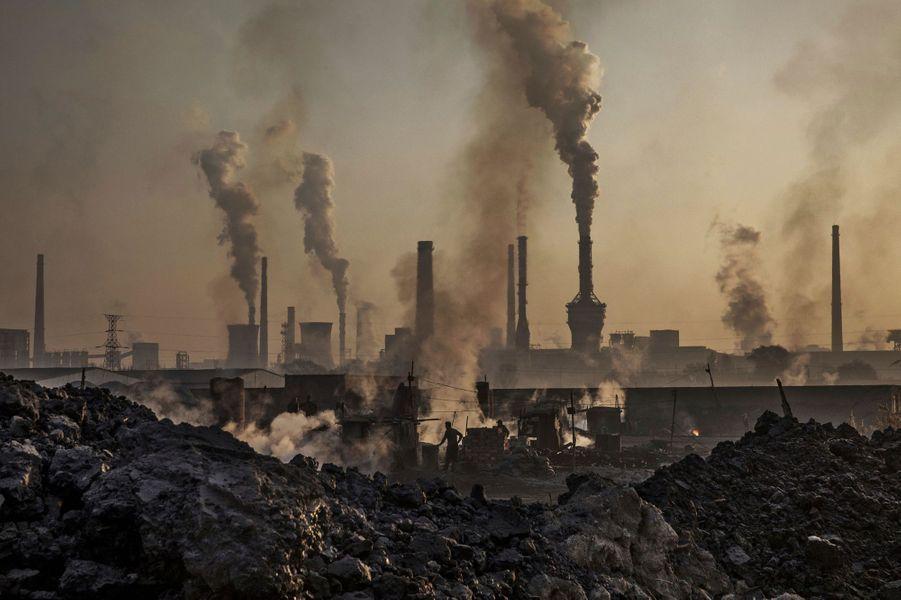 Photo prise dans une usine d'acier illégale le 3 novembre 2016, Mongolie intérieure, Chine.