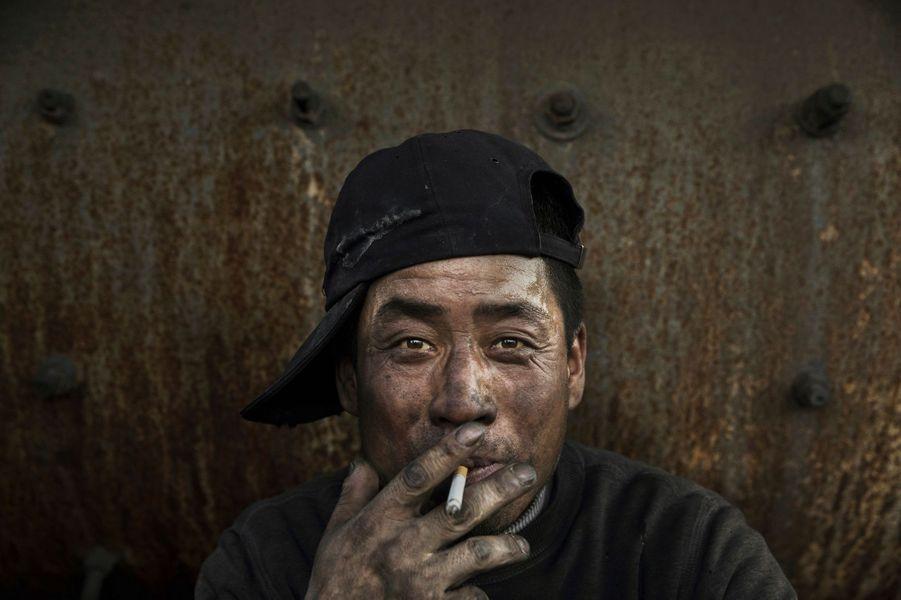 Un ouvrier chinois dans une usine d'acier illégale le 3 novembre 2016, Mongolie intérieure, Chine.