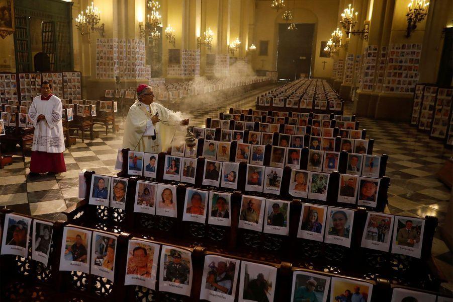 Dans la cathédrale de Lima, les portraits des victimes du covid-19