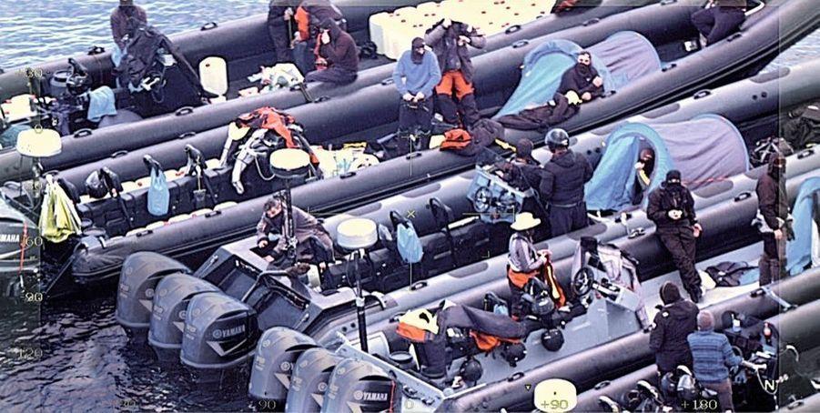 Filmé par la Police Nationale de Malaga, un campement de cinq embarcations.