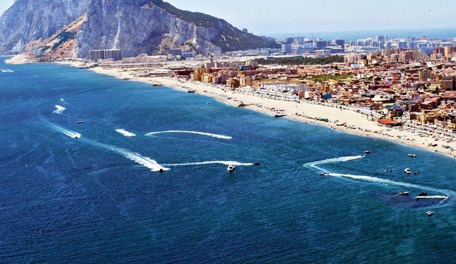 Un convoyeur circulant à vide (au centre) s'est aventuré trop près des côtes espagnoles, le 16 juillet. L'hélicoptère de la Police Nationale de Malaga le repoussera vers les eaux internationales.