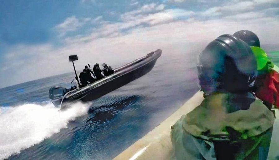 Interception réussie. Le 15 mai, quatre hommes et une cargaison de 2 336 kilos sont arrêtés. Quand les bateaux se sauvent, les policiers renoncent à tirer par peur de la bavure. Leur devise : « Pour éviter un mal, ne cause pas un mal plus grand. »