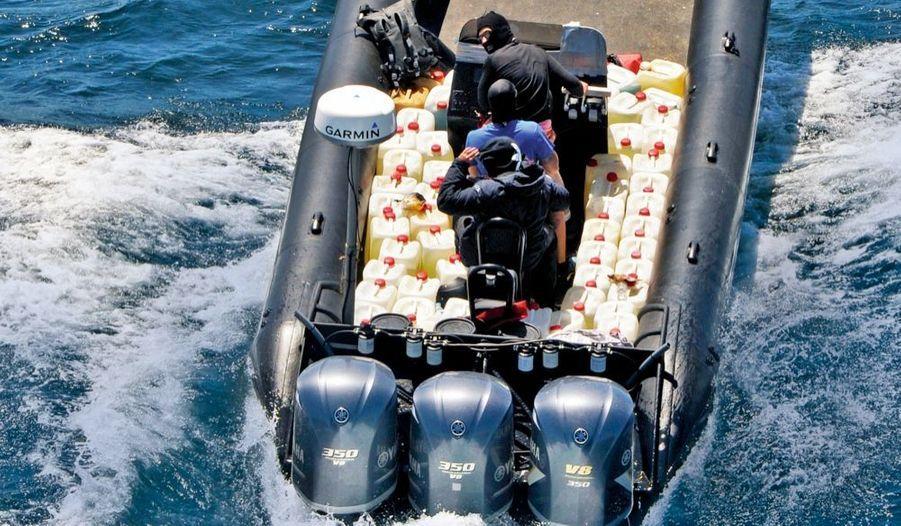Ravitailleur en carburant. Le 16 juillet, le bateau est encore à moitié chargé de bidons pleins, les vides ayant été jetés à la mer. Pour une traversée du détroit, ces fusées de 1 000 CV engloutissent 2 300 euros d'essence.