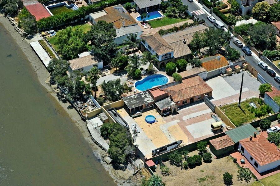 A Algésiras, de nombreux entrepôts et garages abritent des « lanchas » (canots) prêtes pour le trafic. Elles sont interdites dans le détroit… mais pas à terre.