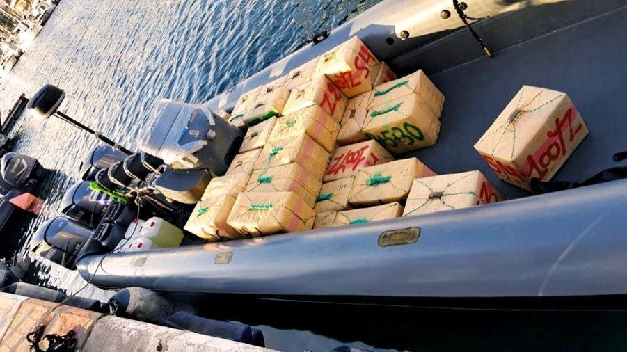 1 632 kilos de haschisch. Port de Ceuta, le 2 juillet. Les différents ballots n'ont pas les mêmes propriétaires. Afin d'être correctement acheminés, ils portent des numéros. Comme des valises étiquetées dans un aéroport.