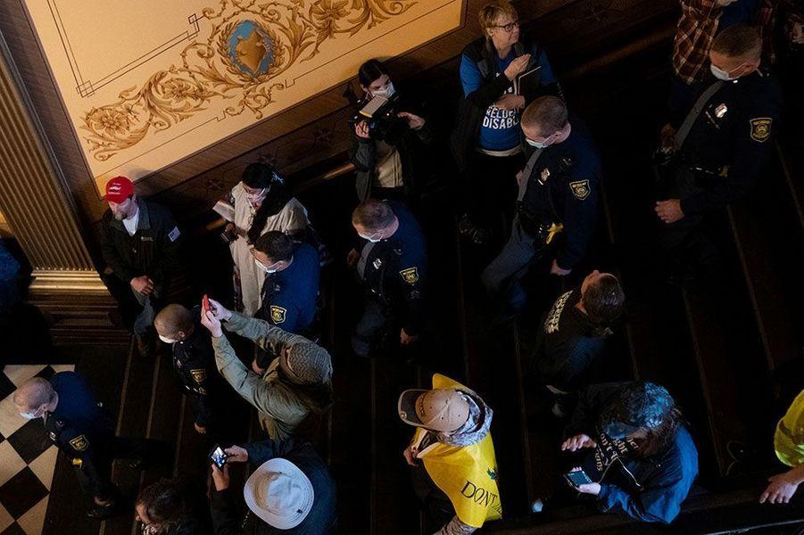 Des manifestants armés sont entrés jeudi légalement dans le Capitole de l'Etat américain du Michigan où les parlementaires étaient réunis, pour protester contre le confinement, mis en place pour lutter contre le coronavirus.