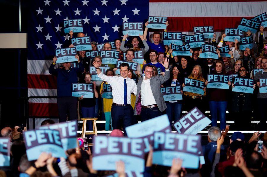 Pete Buttigieg et son mari Chasten Buttigieg en meeting à Exeter, dans le New Hampshire, le 10 février 2020.