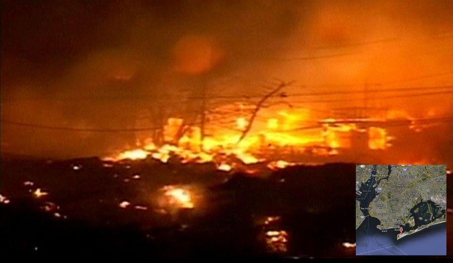 Particulièrement exposée à la montée des eaux, Breezy Point a en plus subi un énorme incendie dans la nuit de lundi à mardi. L'eau a rendu encore plus compliqué le travail des quelque 200 pompiers engagés dans la lutte contre les flammes.