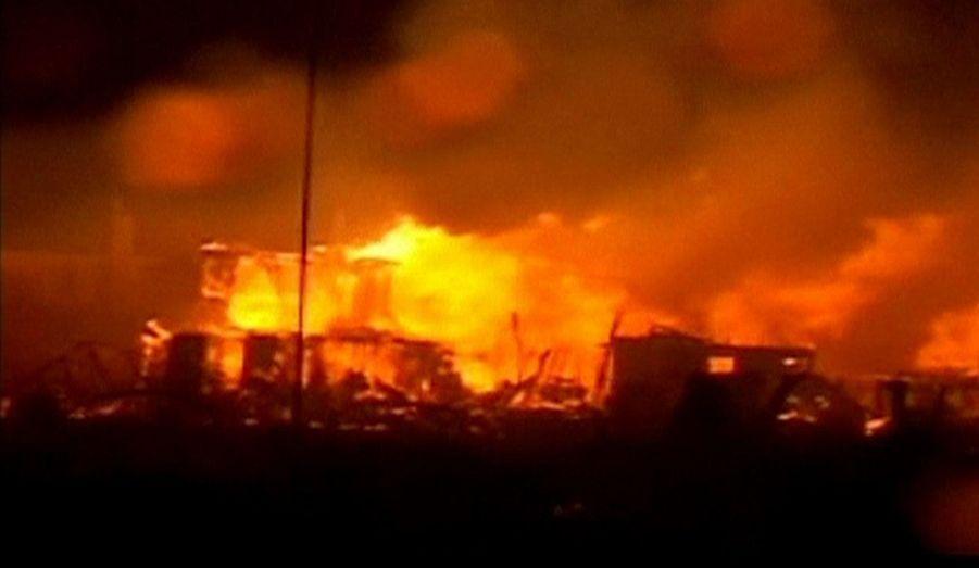 Les vents extrêmement violents ont poussé les flammes de maisons en maisons jusqu'aux premières lueurs du jour.