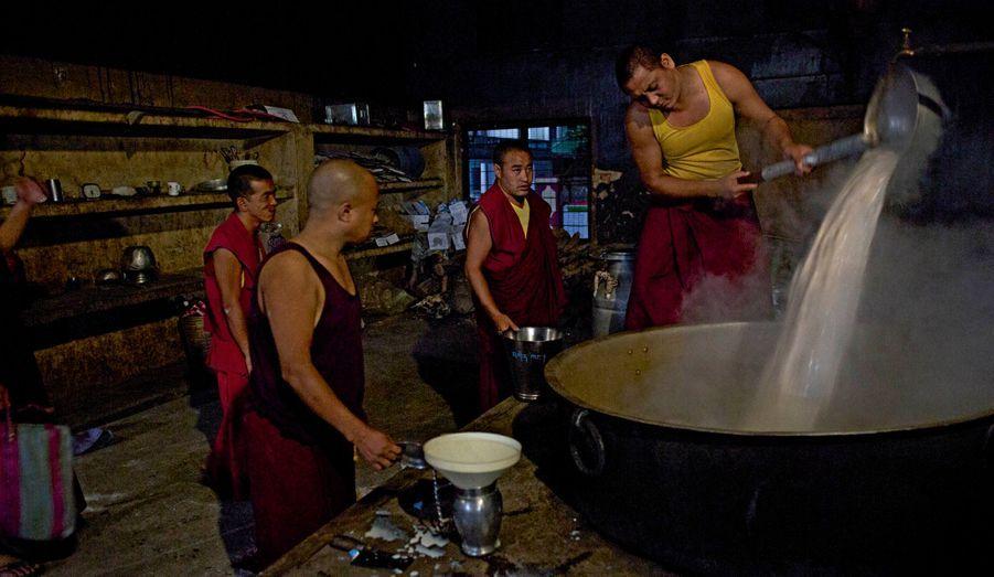A partir de 3 heures du matin, les moines préparent le pain. Il en faut des tonnes pour satisfaire la foule.