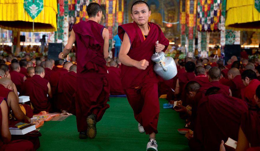A l'heure du thé, des jeunes moines courent parmi la foule des fidèles, bouilloire à la main. Chaque pèlerin vient avec sa propre tasse (45 000sont distribuées chaque jour).