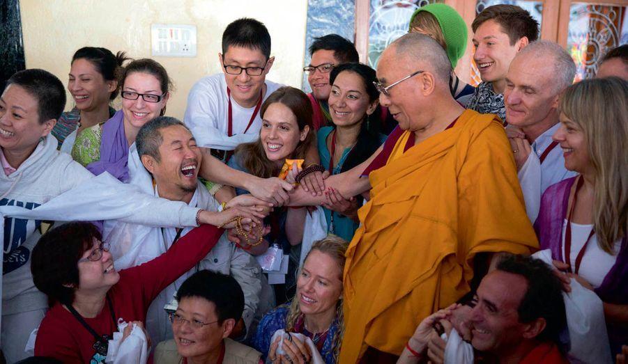 Le 14e dalaï-lama reçoit des pèlerins étrangers, dont de nombreux Asiatiques.