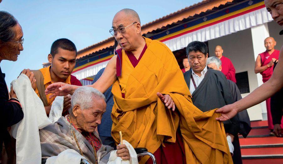 Le dalaï-lama rend visite à un très vieux lama, en charge de la construction des routes de l'enclave lors de son arrivée à Mundgod.