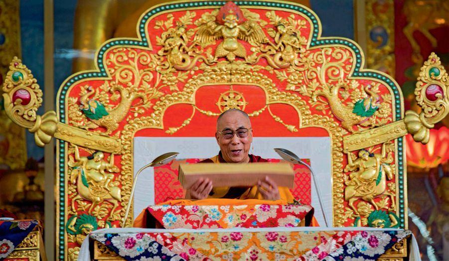 Pour la première et sans doute la dernière fois, le dalaï-lama, 77ans, a donné début décembre une série d'enseignements exceptionnels sur le Lamrim, un ancien texte bouddhique. Trente mille pèlerins, dont 17 000 moines, ont assisté à cet événement, tenu à Mundgod, une enclave indienne de 16 kilomètres carrés offerte au début des années 60 par New Delhi aux réfugiés tibétains qui fuyaient l'oppression chinoise. C'est là que les plus grands monastères himalayens détruits par les gardes rouges ont été reconstruits. Pendant treize jours, une foule immense – dont plusieurs milliers d'Occidentaux – a communié avec les valeurs d'harmonie et de contrôle de soi prônées par le vieux sage. Sans jamais cesser de penser aux martyrs de Lhassa. Assis sur son trône, le dalaï-lama montre le Lamrim Chenmo. C'est l'unique ouvrage qu'il avait emporté lors de l'exil de 1959.