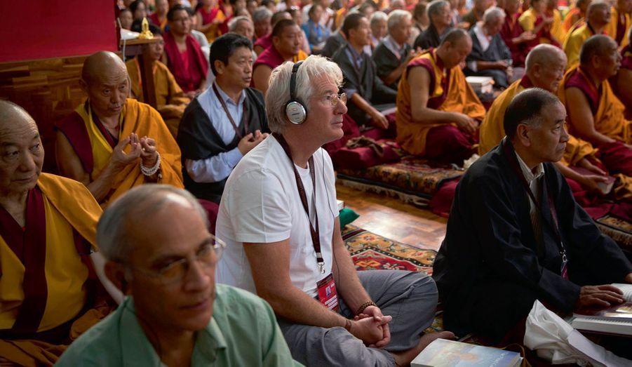 Pendant les commentaires du Lamrim, casque pour traduction simultanée sur les oreilles, l'acteur Richard Gere, disciple assidu du dalaï-lama depuis des années.