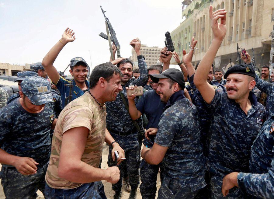 Les Troupes Irakiennes Célèbrent La Libération De Mossoul, Dimanche 8 Juillet 1