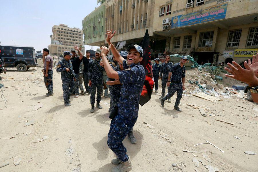 Les Troupes Irakiennes Célèbrent La Libération De Mossoul, Dimanche 8 Juillet 11