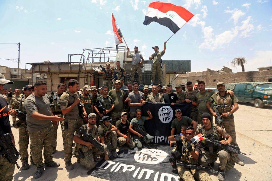 Les Troupes Irakiennes Célèbrent La Libération De Mossoul, Dimanche 8 Juillet 2
