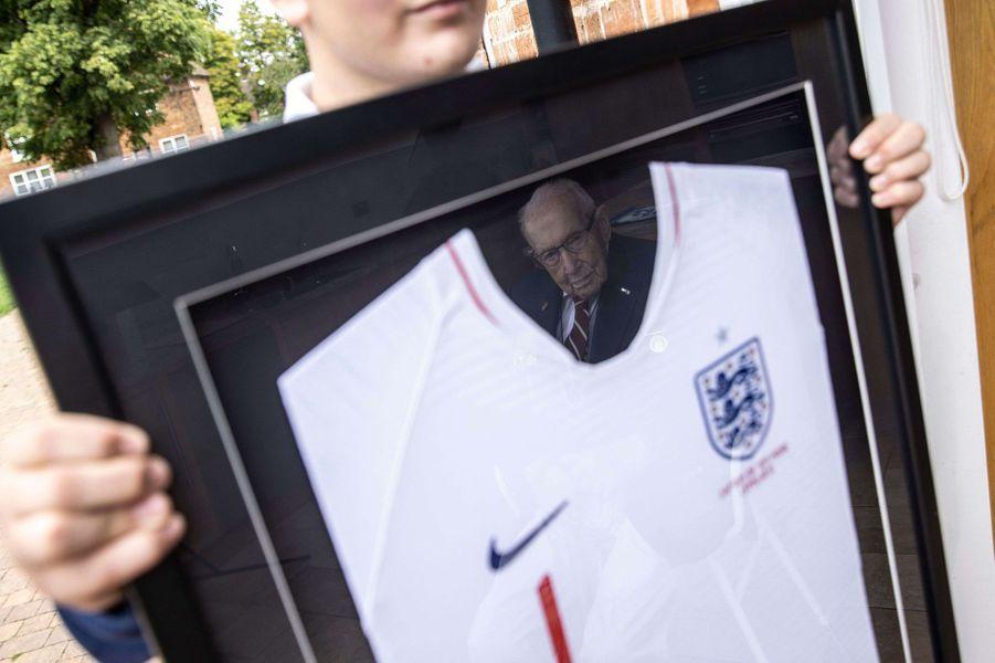 Le maillot de capitaine honoraire de l'équipe anglaise de football remis à Tom Moore