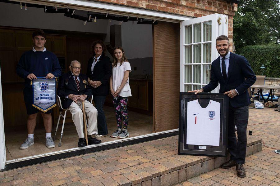 Tom Moore, sa famille et David Beckham, le 9 juillet