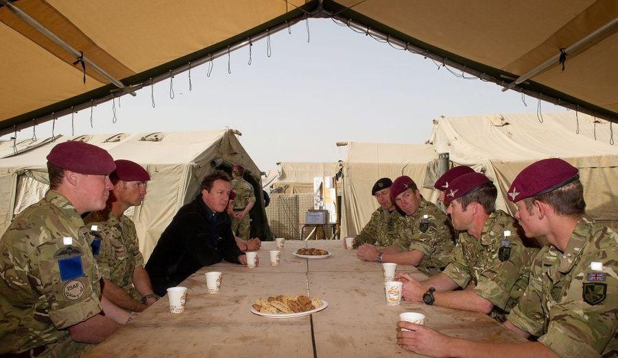 L'homme parle à des soldats dans les cuisines d'une base de patrouille entre Lashkar Gah et Gereshk