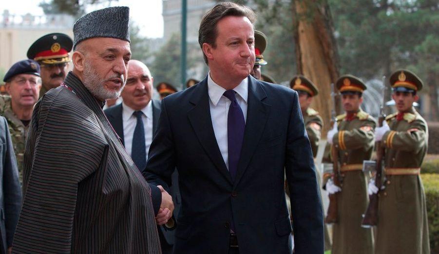 Le président afghan Hamid Karzaï serre la main de David Cameron, à Kaboul.