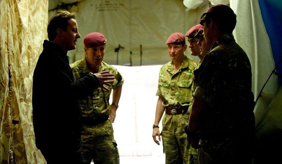 Venu annoncer que les troupes pourraient se retirer en 2011, le Premier ministre discute avec ses soldats.