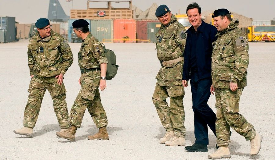 L'homme fort d'Angleterre sourit, en arrivant sur les bases de patrouille entre Lashkar Gah et Gereshk en Afghanistan.