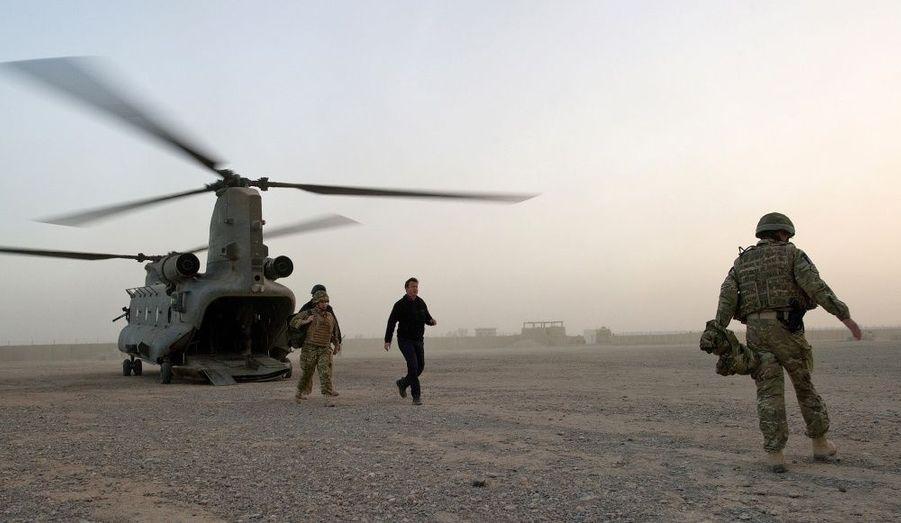 Le Premier ministre britannique arrive par hélicoptère au centre de formation de la police de Helmand.