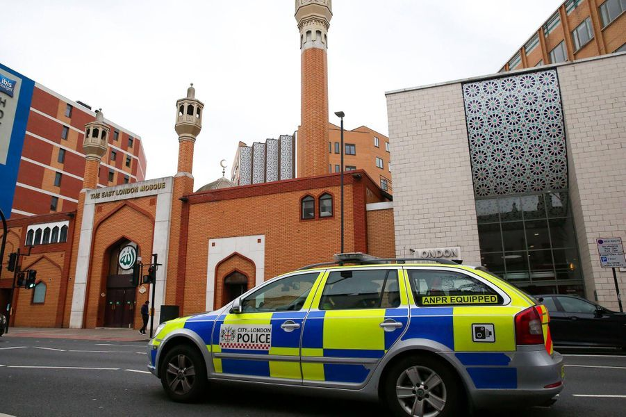 Protection policière devant une mosquée de Londres, après l'attentat commis à Christchurch, en Nouvelle-Zélande.