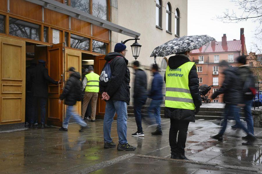 Arrivée sous protection policière des fidèles d'une mosquée de Stockholm, en Suède, après l'attentat commis à Christchurch, en Nouvelle-Zélande.