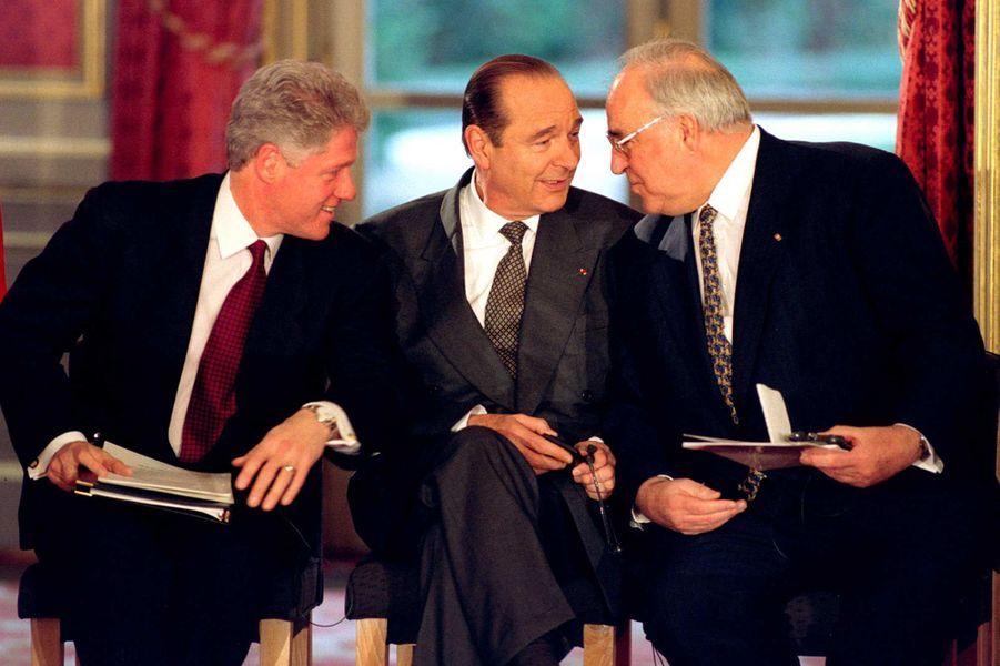Le président américain Bill Clinton,Jacques Chirac et le chancelier allemand Helmut Kohl à Paris, en décembre 1995.
